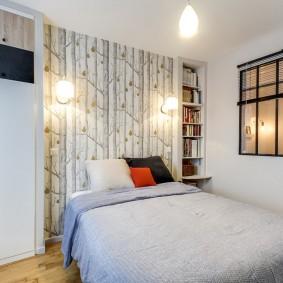Небольшая спальня с квадратным окошком