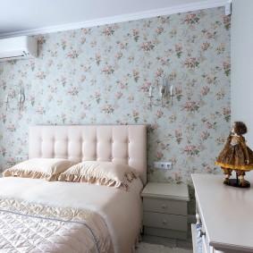 Цветочные обои в интерьере спальни