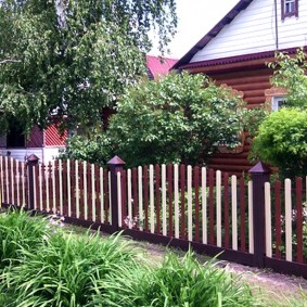 Забор в палисаднике из штакетника разного цвета