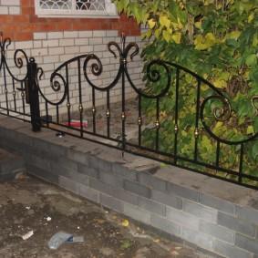 Невысокий забор с кованными элементами