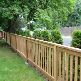 Деревянное ограждение садового участка