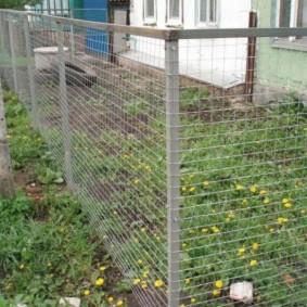 Прозрачный забор из сетки на каркасе из уголков