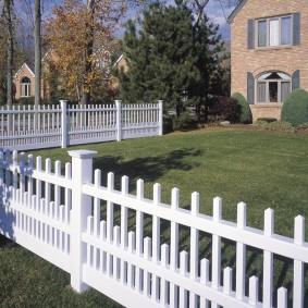 Белый заборчик перед двухэтажным домом