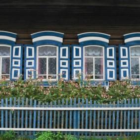 Деревянные ставни на окнах деревенского дома