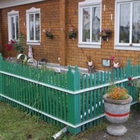 Зеленый заборчик перед деревенским домом