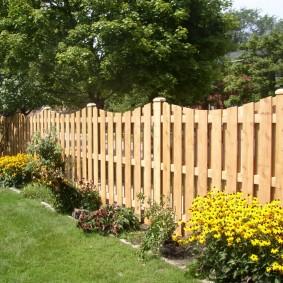 Шахматное расположение досок на деревянном заборе
