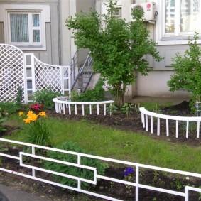 Декоративное ограждений клумб на загородном участке
