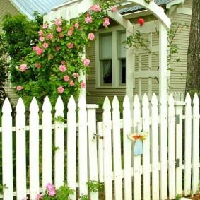 Деревянная арка с розами над калиткой