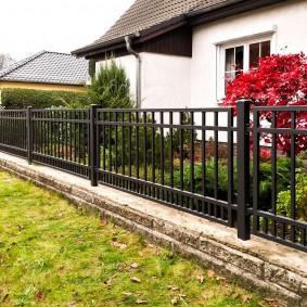 Металлическая ограда из профильных труб