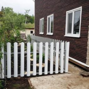 Белый забор из металлического штакетника
