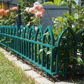Пластиковое ограждение для садовой клумбы
