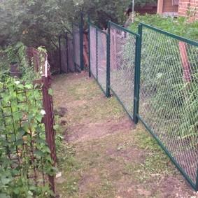 Забор из сетки на участке с уклоном