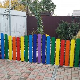 Разноцветный доски на красивом заборе
