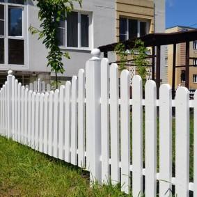 Стильный забор из крашенных досок