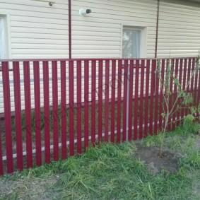 Садовый забор из окрашенного штакетника