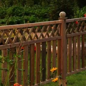Решетчатые вставки в верхней части деревянного забора