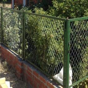 Сетчатый забор на кирпичном основании
