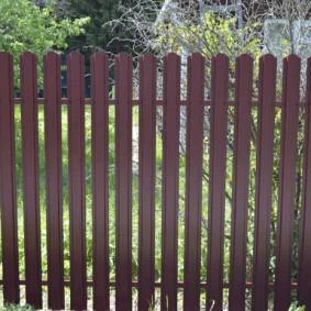 Темно-коричневый забор из стального штакетника