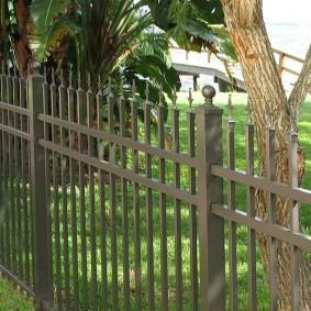 Стальной забор с острыми пиками
