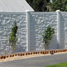 Белый забор из бетонных секций