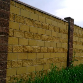 Отделка камнем столбов бетонного забора