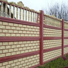 Красивая ограда из бетона на даче