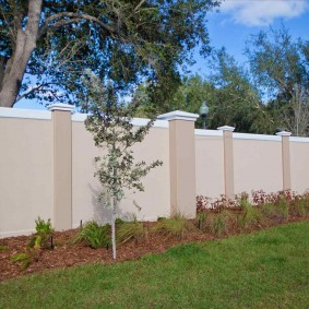 Оштукатуренный забор из монолитного бетона