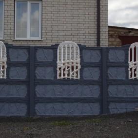 Декоративные вставки-окошки в бетонном заборе