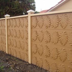 Бетонная ограда после окраски своими руками