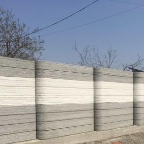 Серо-белый забор из армированного бетона