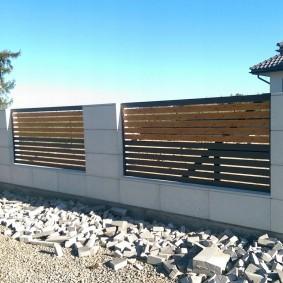 Деревянный вставки на бетонном заборе