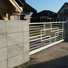 Сдвижные ворота на бетонном заборе