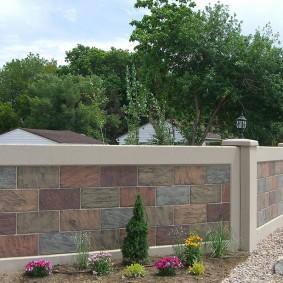 Декор бетонного забора плоским камнем