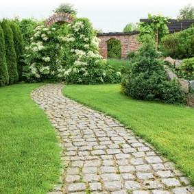 Садовая дорожка из каменной брусчатки