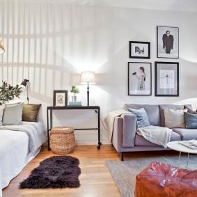 Настольная лампа на столике около двухспальной кровати