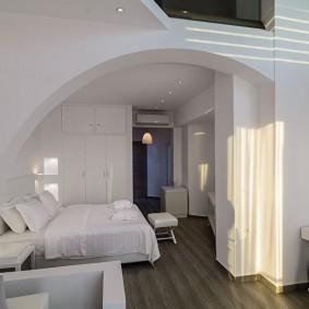 Полуарка в спальной зоне однокомнатной квартиры