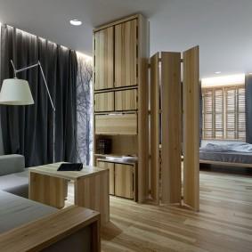 Складная перегородка в просторной спальне-гостиной