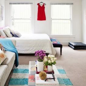 Яркий интерьер квартиры без межкомнатных перегородок