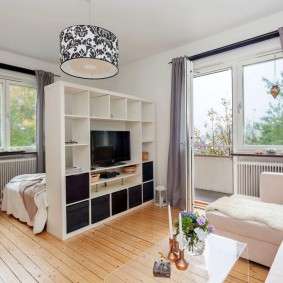 Разделение пространства комнаты белым стеллажом