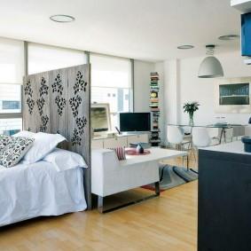 Декоративная ширма за спинкой кровати