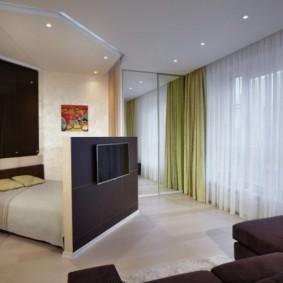 Телевизор на высокой спинке кровати