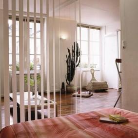 Зонирование комнаты с помощью тканевых жалюзи