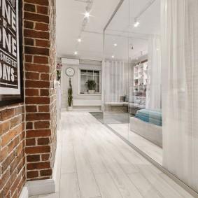 Отделение коридора от гостиной с помощью занавески
