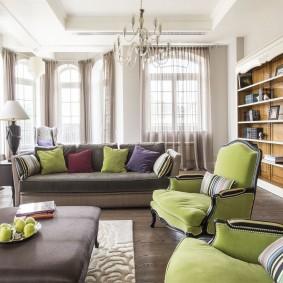 Удобные подушки на креслах в гостиной