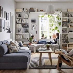 Книжные стеллажи в светлой комнате