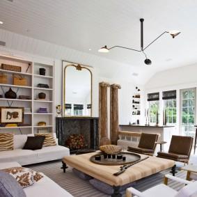 Белый потолок в комнате загородного дома