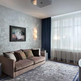 Декор венецианской штукатуркой стены за диваном