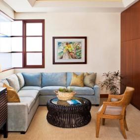 Интерьер комнаты с диваном углового типа