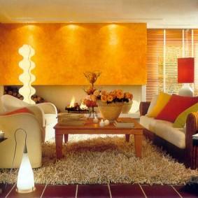 Теплое освещение комнаты для семейного отдыха