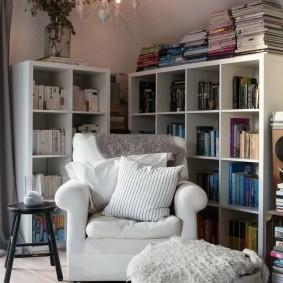 Место для чтения любимых книг в углу комнаты